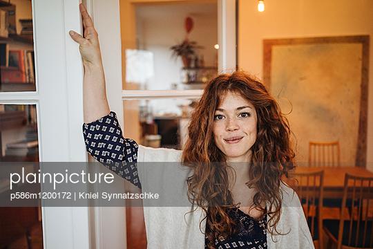 Porträt einer jungen rothaarigen Frau  - p586m1200172 von Kniel Synnatzschke