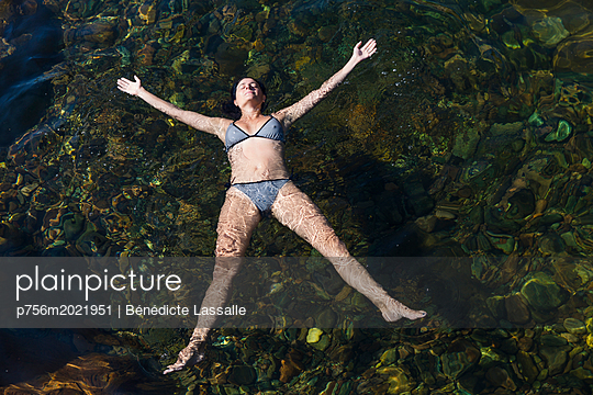 Woman relaxing in water - p756m2021951 by Bénédicte Lassalle
