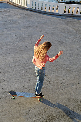 Young woman balancing on longboard - p1124m1503644 by Willing-Holtz