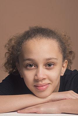 studio portrait of a young girl - p1323m2173525 von Sarah Toure