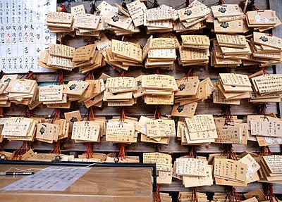 Wunschtafeln, Nara-Tempel, Japan - p2680461 von Christof Mattes