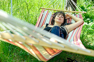 Young woman in hammock takes a nap - p427m2203611 by Ralf Mohr