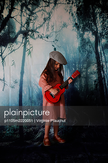 Little girl playing guitar, portrait - p1105m2220051 by Virginie Plauchut