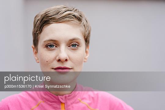 Portrait of confident woman in sportswear - p300m1536170 by Kniel Synnatzschke