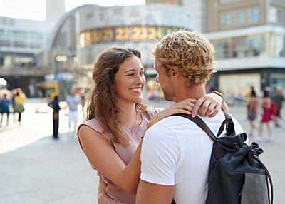Junges Paar am Alexanderplatz - p1124m1463310 von Willing-Holtz