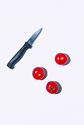 Tomatoes and kitchen knife - p1149m2089568 by Yvonne Röder