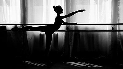 Ballerina an der Stange im Gegenlicht - p1376m1222593 von Melanie Haberkorn