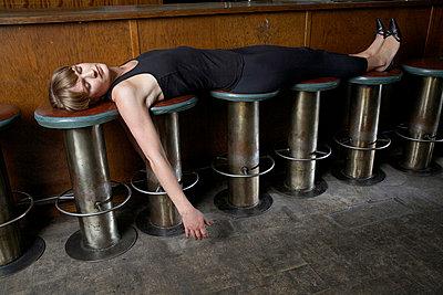 Auf Barhockern entspannen - p6060023 von Iris Friedrich