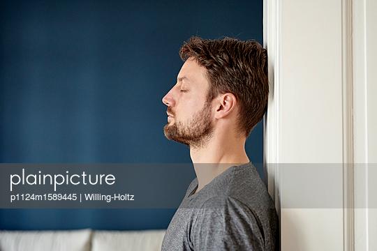 Junger Mann mit Vollbart Seitenansicht - p1124m1589445 von Willing-Holtz