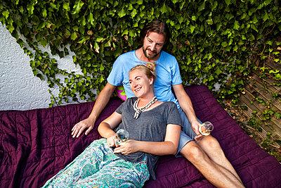 junges Paar trinkt Wein - p1146m1060112 von Stephanie Uhlenbrock