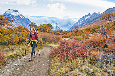 Argentina, Patagonia, El Chalten, woman hiking at Cerro Torre in Los Glaciares National park - p300m2070842 von Stefan Schütz