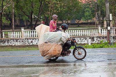 Regen in Kambodscha - p842m1030666 von Renée Del Missier