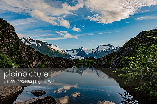 Alaska, Mountain range reflecting in a mountain lake - p1455m2204493 by Ingmar Wein
