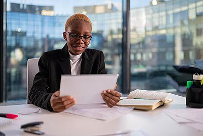 Black female manager having virtual meeting - p1166m2279418 by Cavan Images