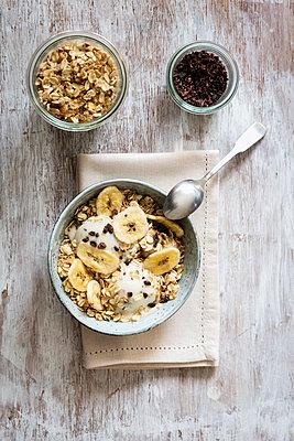 Banana icecream with oat flakes, topping, nicecream - p300m1166021 by Eva Gruendemann