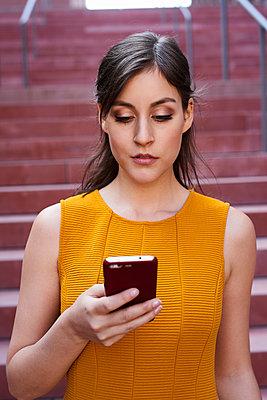 Frau mit einem Smartphone - p890m1440372 von Mielek