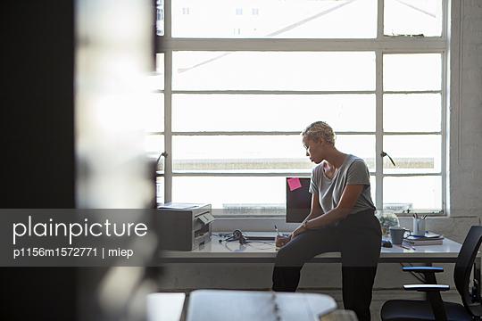 Frau in Arbeitsszene - p1156m1572771 von miep
