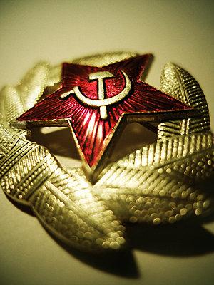 Anstecknadel, Symbole der Sowjetunion, Nahaufnahme - p1072m2160766 von Neville Mountford-Hoare