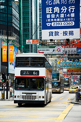 Streets bustle with taxis and buses; Kowloon, Hong Kong, China - p442m839948 by Naki Kouyioumtzis