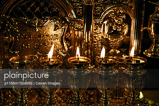 plainpicture | Photo library for authentic images - plainpicture p1166m1524956 - Close-up of illuminated can... - plainpicture/Cavan Images
