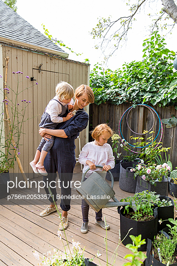 Mutter und Töchter auf der Terrasse - p756m2053357 von Bénédicte Lassalle