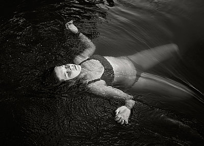 Mädchen treibt im Fluss - p1503m2031815 von Deb Schwedhelm