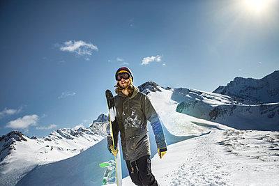 Austria, Vorarlberg, Riezlern, Snowboarder in the mountains - p300m981232f by Martin Bühler