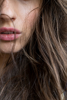 Young woman, portrait - p427m2086585 by R. Mohr