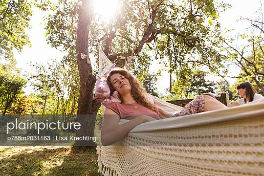 Junge Frau schläft in der Hängematte - p788m2031163 von Lisa Krechting