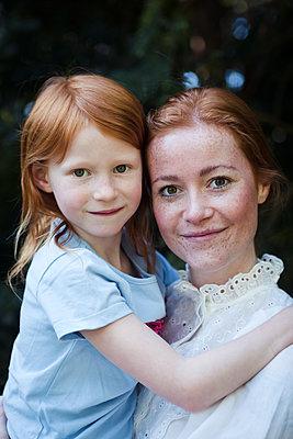 Rothaariges Mutter-Tochter Gespann - p045m2087071 von Jasmin Sander