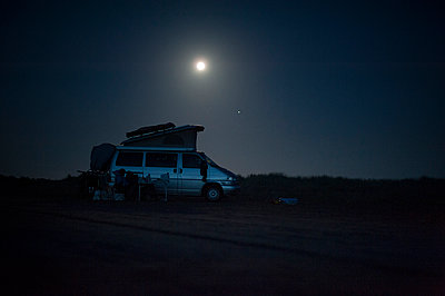 Camping van at night on beach - p1007m1221893 by Tilby Vattard