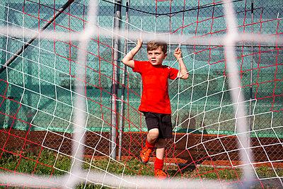 Junge im Fußballtor - p1308m2247487 von felice douglas