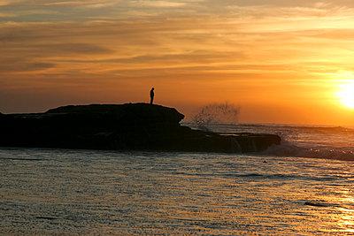 Person auf Felsen am Meer - p1650m2230876 von Hanna Sachau
