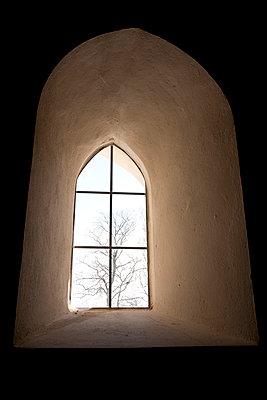 Frühgotisches Kirchenfenster - p240m892265 von Valerie Wagner