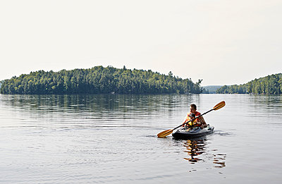 Father and son kayaking on lake, Ontario, Canada - p429m1014430 by Kathleen Finlay