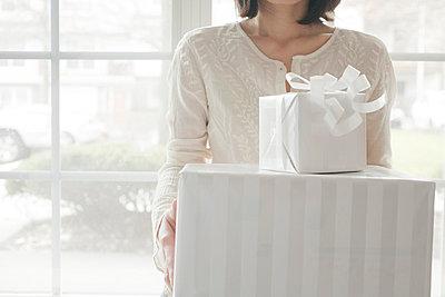 Frau mit Geschenken - p4630313 von Yo Oura