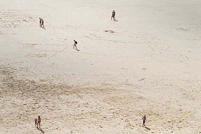 People on the beach - p681m1207667 by Sandrine Léon