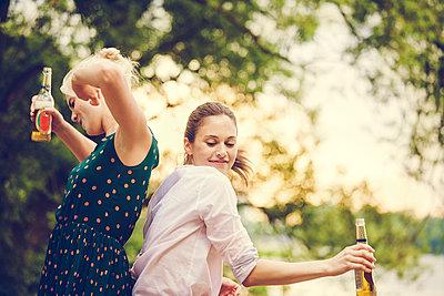 Feiern am Fluss - p904m932334 von Stefanie Päffgen