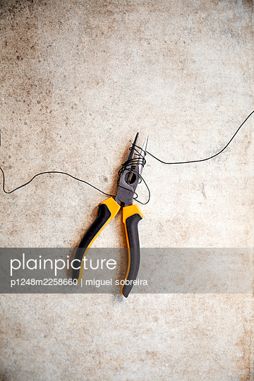 Wire wrapped round pliers - p1248m2258660 by miguel sobreira
