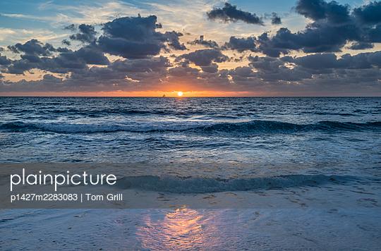 USA, Florida, Boca Raton, Sunrise over sea - p1427m2283083 by Tom Grill