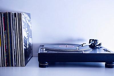 Plattenspieler und Schallplatten - p1149m2021212 von Yvonne Röder