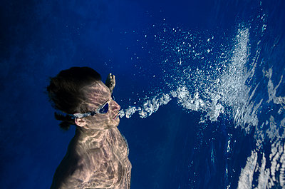 Underwater Images of Male shot in the Ocean - p343m1166965 by Maya De Almeida Araujo