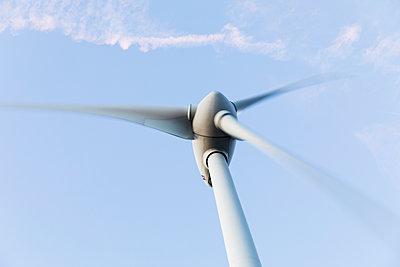 Windkraftanlage Froschperspektive - p590m1525571 von Philippe Dureuil