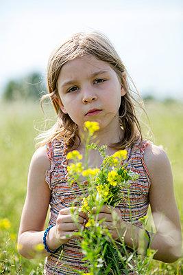 Mädchen mit Blumenstrauß in der Wiese - p1212m1145930 von harry + lidy