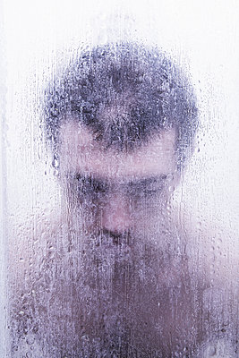 Man in the shower - p1670m2258766 by HANNAH