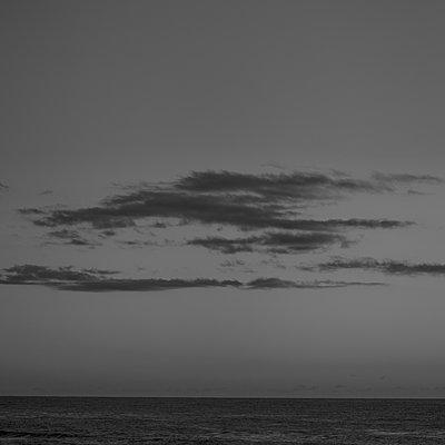 Abend an der Küste - p552m2165697 von Leander Hopf