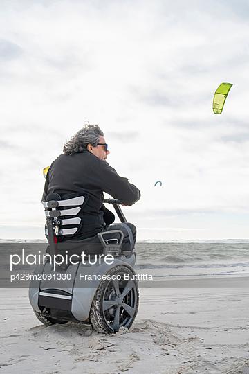 Man on wheels enjoying seaside - p429m2091330 by Francesco Buttitta