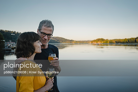 Mature couple drinking white whine at Lake Baldeneysee  - p586m2109038 by Kniel Synnatzschke
