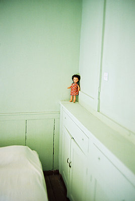 Puppe auf weißem Wandschrank - p1270m1114393 von Létizia Le Fur
