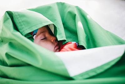 Boy wrapped in sleeping bag - p312m2080846 by Matilda Holmqvist